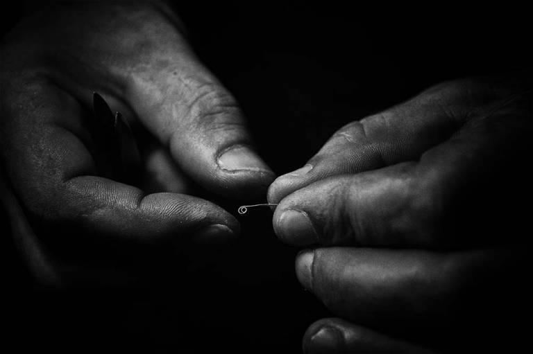 Mains tenant un tout petit objet