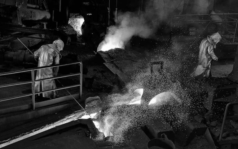 Ouvriers dans un haut-fourneau