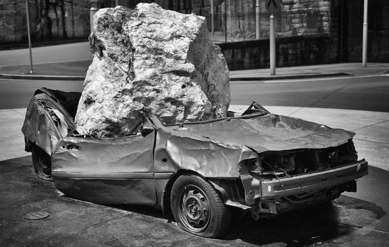Voiture écrasée par un rocher