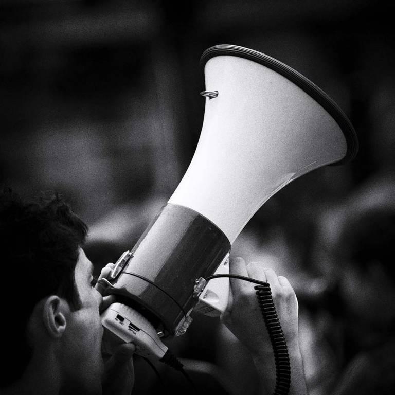 Homme parlant dans un haut-parleur