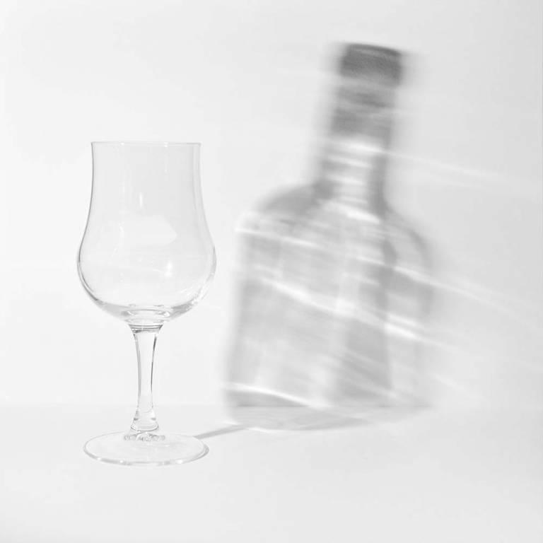 """Verre et bouteille illustrant le concept de """"sortir du cadre"""""""