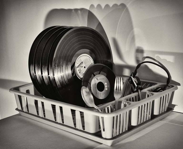 Disques vinyle dans un égouttoir - illustration du concept d'usage innovant